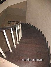 сходи бетонні поворотні з деревяним перилом